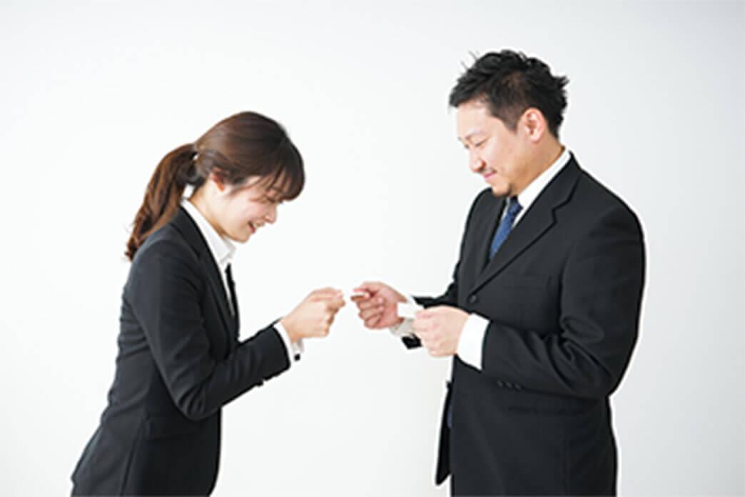 名刺交換を行う男性と女性